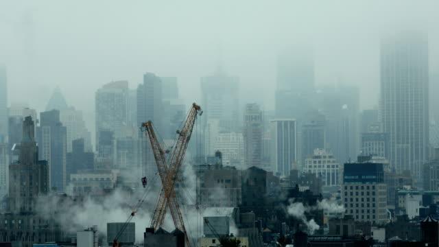 vídeos de stock, filmes e b-roll de arquitectura da cidade nevoenta - nublado