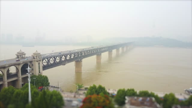 vídeos y material grabado en eventos de stock de tiempo de niebla día wuhan ciudad famosa changjiang puente aéreo panorama 4k cambio de inclinación porcelana - wuhan