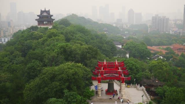 vídeos y material grabado en eventos de stock de día niebla wuhan ciudad más famoso templo panorama de la azotea 4k china - río yangtsé