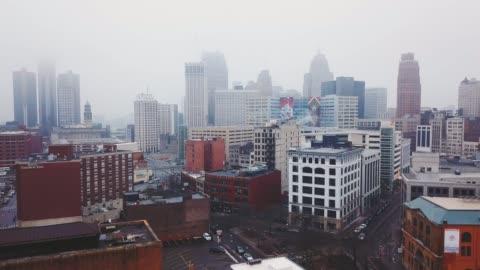 foggy downtown detroit 07 - centro della città video stock e b–roll