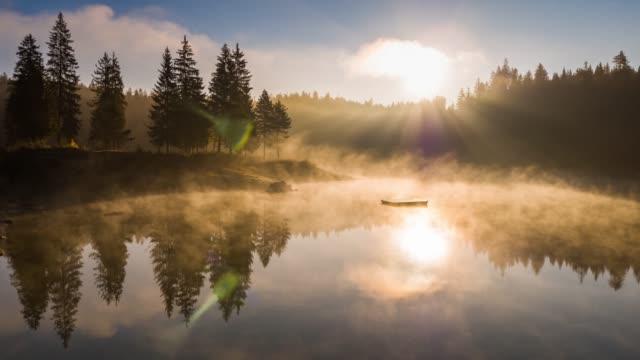 안개가 자욱한 일출 호수 산 카우 masee switzeland에 어 리얼 4k - 호수 스톡 비디오 및 b-롤 화면