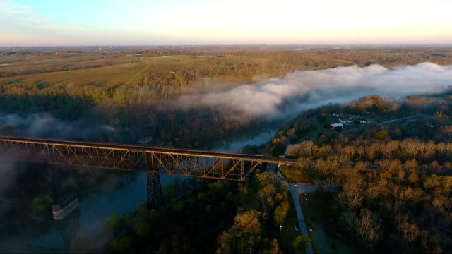 alba nebbiosa sul ponte - monti appalachi video stock e b–roll