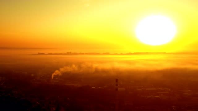vídeos de stock, filmes e b-roll de neblina ao nascer do sol sobre a cidade - sol nascente horizonte drone cidade