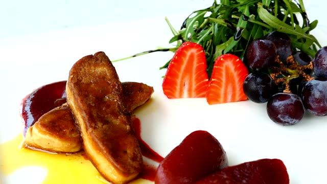 Foie gras com vegetais e frutas em chapa branca - vídeo