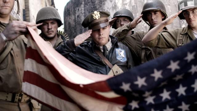 Dobrando a bandeira americana - vídeo