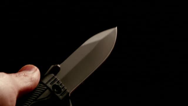 vídeos de stock e filmes b-roll de hd-folding a faca na mão - swiss army knife