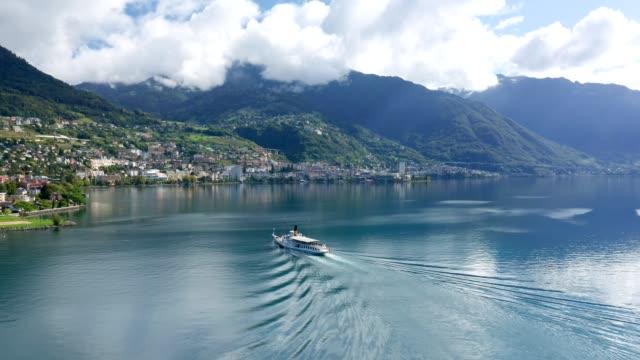 stockvideo's en b-roll-footage met volg luchtfoto van zwitsers excursieschip op meer genève - alpen