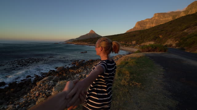 Folgen Sie mir Konzept-Frau führenden Freund bis zum Meer – Video
