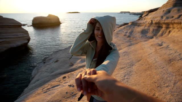 follow me to a rocky coastline. sunset - podążać za czynność ruchowa filmów i materiałów b-roll
