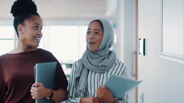 följ personer som vill gå vidare - hijab bildbanksvideor och videomaterial från bakom kulisserna