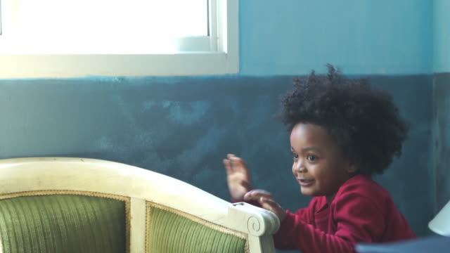 Following , African-American Ethnicity little boy playing peekaboo game - vídeo