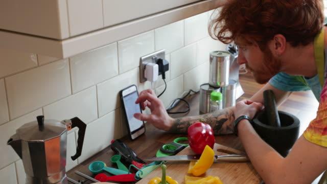 bir online recipe takipte - yemek yapmak stok videoları ve detay görüntü çekimi