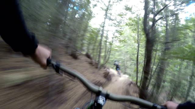 pov following mountain biker down technical trails - percorso per bicicletta video stock e b–roll