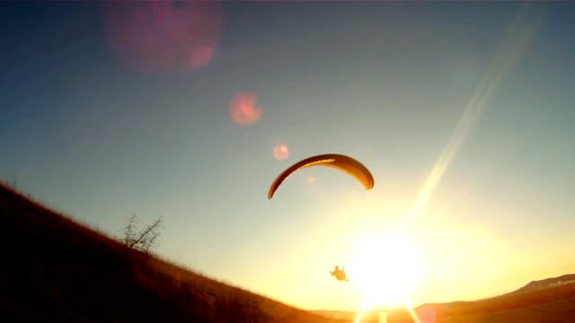following parachute silhouette - парапланеризм стоковые видео и кадры b-roll