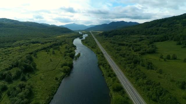 vídeos de stock, filmes e b-roll de estrada e rio seguir - multicóptero