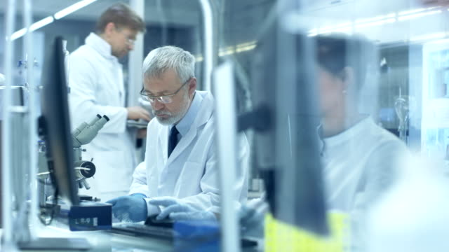 次のショットの大きな研究所/医療センターの科学者が研究を行う実験/。 - lab点の映像素材/bロール
