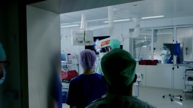 經過不同的外科醫生和助手的拍攝, 走進手術室, 病人等待, 他們把他麻醉, 並開始手術。真正的現代醫院與正宗的設備。 - surgeon 個影片檔及 b 捲影像