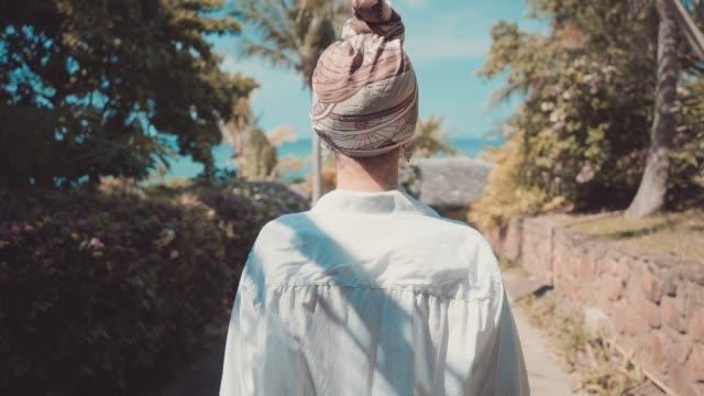海の近くの高級ヴィラでスローモーションで歩いてグラマー若い女性の次のショット ビデオ