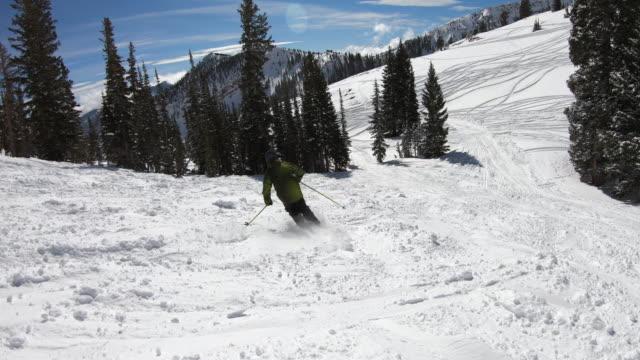 nach skifahrer in den bergen am klaren blauen tag - utah stock-videos und b-roll-filmmaterial