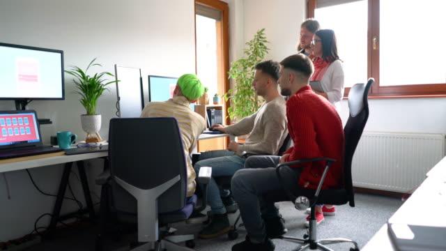 プロジェクトの進捗状況を追う - プロジェクトマネージャー点の映像素材/bロール