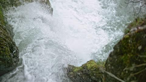 vidéos et rushes de slo mo, suite à l'eau qui coule vers le bas de la cascade - 20 secondes et plus