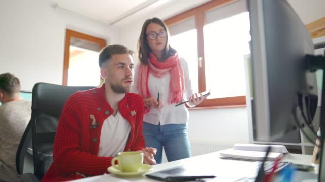 すべてのチームメンバーの仕事に従う - プロジェクトマネージャー点の映像素材/bロール