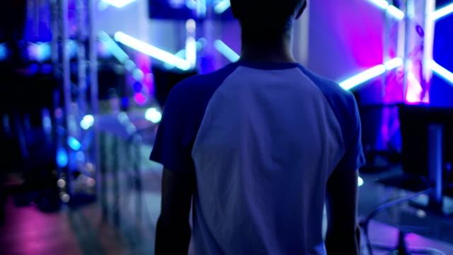 フォロー アップ ショットの 10 代少年ゲーマーを入力オンライン ビデオ ゲーム/esport トーナメント アリーナ。 - ゲーム ヘッドフォン点の映像素材/bロール