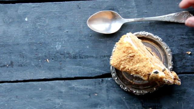 gıda arka plan, kek üzerine rustik ahşap masa - kek dilimi stok videoları ve detay görüntü çekimi