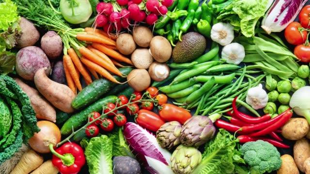 vídeos de stock, filmes e b-roll de fundo alimentar com variedade de vegetais orgânicos frescos - legume