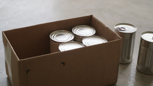 vídeos y material grabado en eventos de stock de centro de donación del banco de alimentos - food drive
