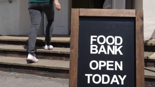 vídeos y material grabado en eventos de stock de 4k: banco de alimentos y personas caminando en - food drive