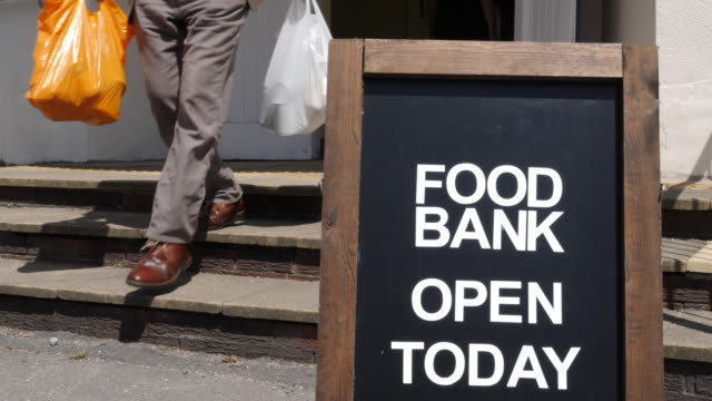 vídeos y material grabado en eventos de stock de 4k: banco de alimentos y personas caminando más allá de - food drive