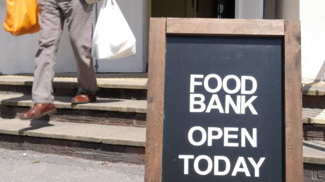 vídeos y material grabado en eventos de stock de 4k: signo de banco de alimentos, cierre arriba, al aire libre - food drive
