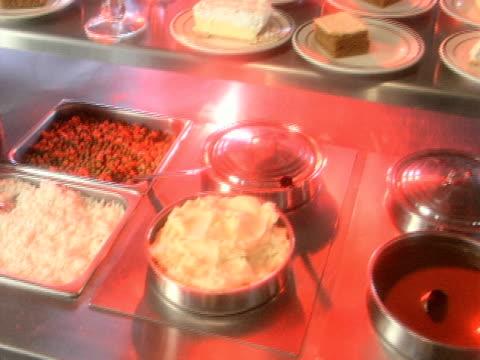 vídeos y material grabado en eventos de stock de comidas tipo bufé dolly 2 - comida salada