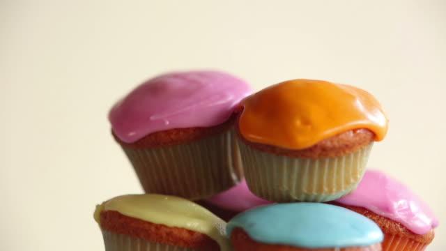 食品ケーキパイル fo ce - カップケーキ点の映像素材/bロール