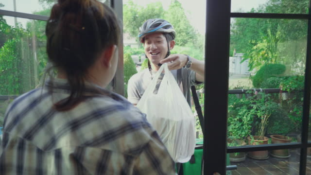 Video Food courier deliver order to the customer home and taking payment