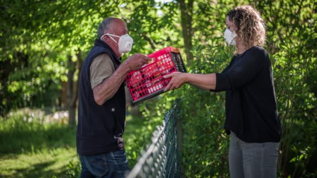 stockvideo's en b-roll-footage met voedsel dat thuis tijdens pandemie levert - buren