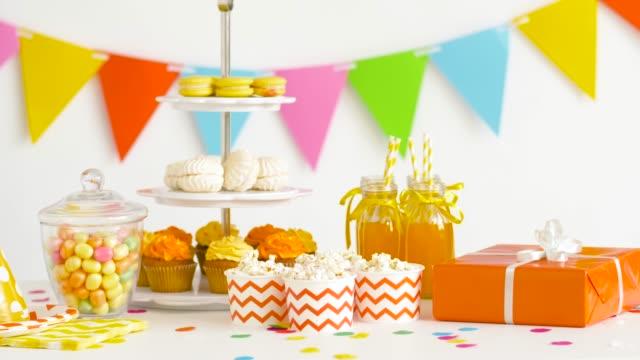 食べ物、飲み物、誕生日パーティーに出席 - おやつ点の映像素材/bロール