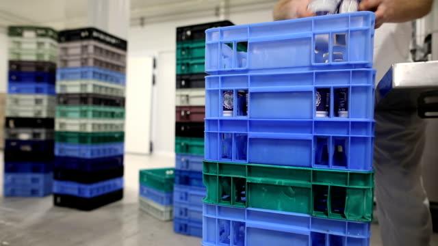 vídeos de stock e filmes b-roll de food factory.the worker packs plastic glasses of yogurt - engradado