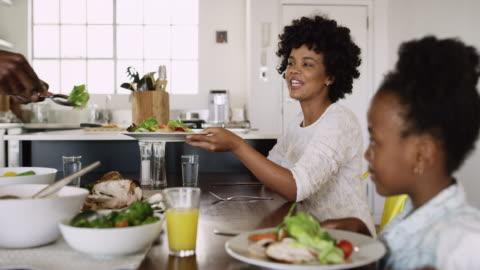 il cibo è meglio servito con la famiglia - alimentazione sana video stock e b–roll
