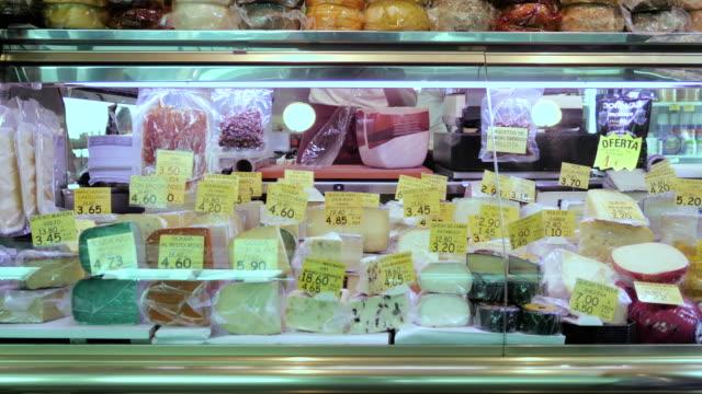 mercado de alimentos con ancianas comprar mermelada y queso - vídeo