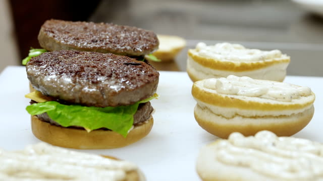 food preparation: Cook realizes sandwiches with burger video