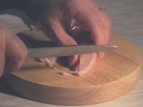 vídeos y material grabado en eventos de stock de preparación de la comida. hombre manos picando materias primas pechuga de pollo - aleación