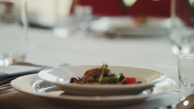 Comida que se sirve en el plato durante la ceremonia de la boda - vídeo