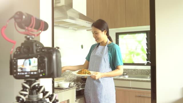 vídeos de stock, filmes e b-roll de estilista de alimentos preparação de alimento vídeo de gravação - blogar