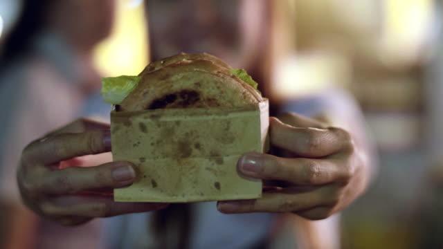 stockvideo's en b-roll-footage met food trucks, hamburger - foodtruck