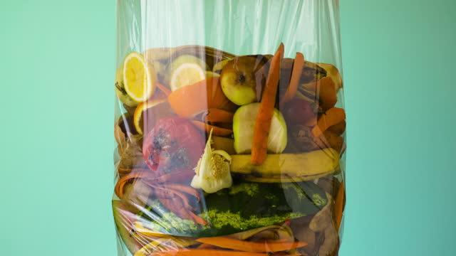 stockvideo's en b-roll-footage met voedselverspilling. composteerbare voedselresten - dranken en maaltijden