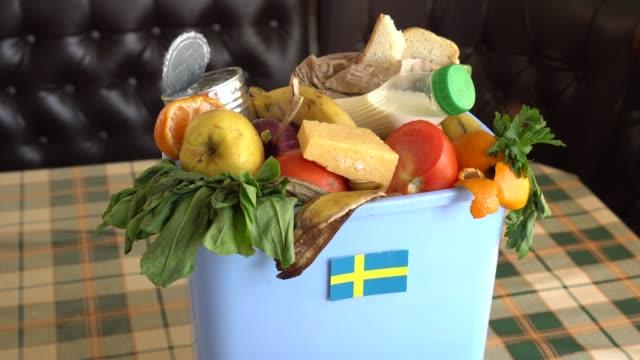 mat avfall i pappers korgen kan. problemet med matsvinn i sverige - canned goods sweden bildbanksvideor och videomaterial från bakom kulisserna