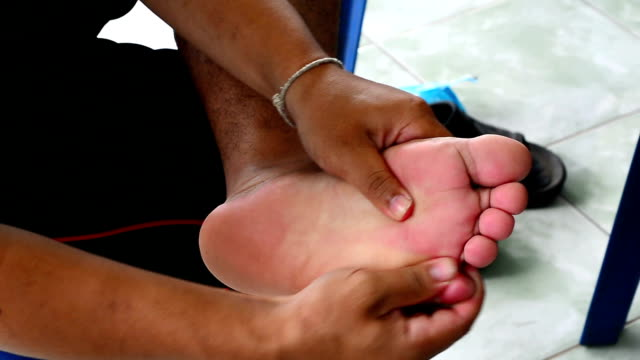 stockvideo's en b-roll-footage met voet-pijn masseert voeten. - 30 39 jaar