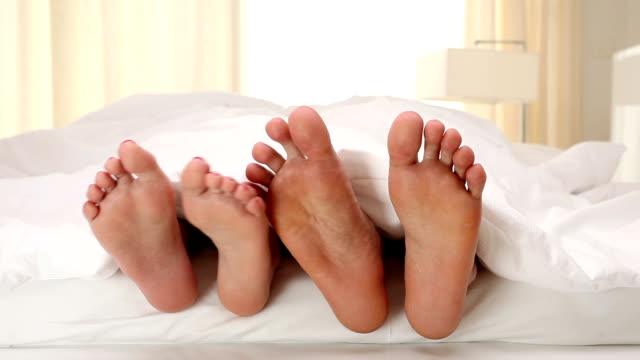 foot flirting - seks ve çoğalma stok videoları ve detay görüntü çekimi